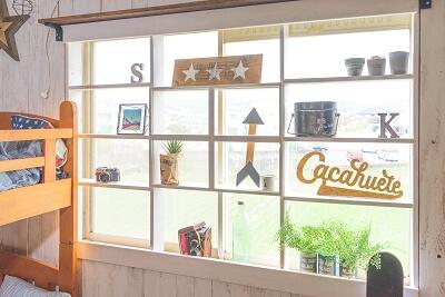 ▲窓辺にDIYで木枠をはめ込んでディスプレイスペースに