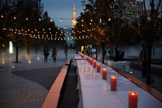 夜は東京タワーの灯りをバックにロマンチックな雰囲気に