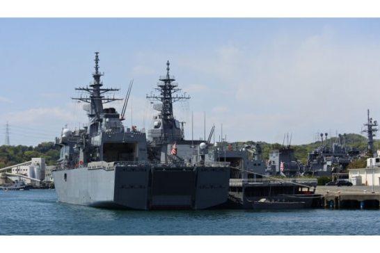 長浦港に停泊する護衛艦群。左から、掃海母艦「うらが」、試験艦「あすか」、右奥に潜水艦救難母艦「ちよだ」