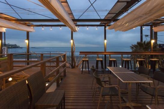 材木座海岸を一望できるテラス席は50席