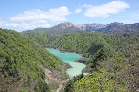 エメラルドグリーンの二居湖(ふたいこ)