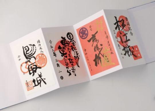▲御城印とは、お城が発行している「登城記念証」。寺社の御朱印とは意味合いが異なるので、専用の帳面を使いたい。