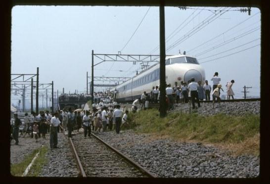 鴨宮(神奈川県)1963年8月14日 お盆の時期に公開された新幹線。見物客が奥の方までぎっしり。