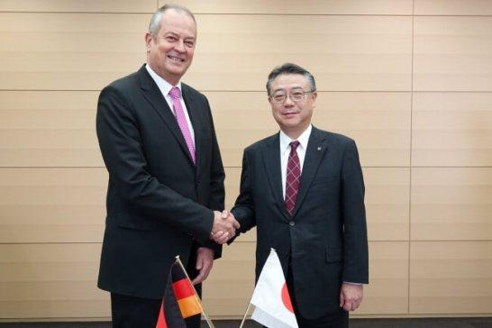 左:DBC ライヘル最高財務責任者 右 東芝インフラシステムズ 今野社長