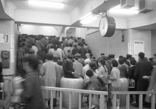 通勤時間帯の混雑の様子(1961年銀座線渋谷駅)