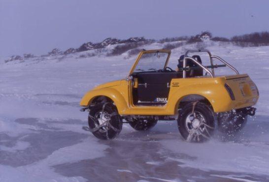 氷結した間宮海峡上をドライブする、この冒険のアタックメンバー、姫路のジムニーショップ「オフロードサービスタニグチ」の谷口社長。