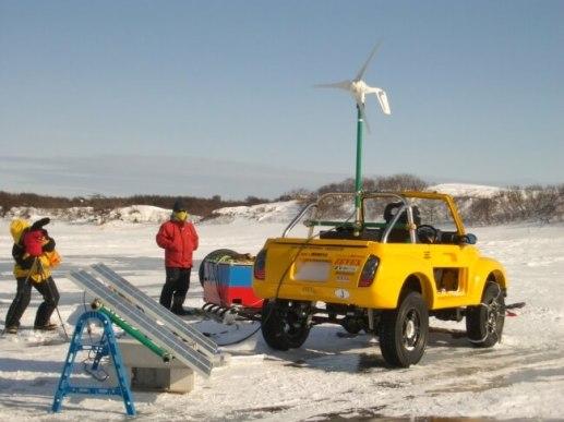 2005年2月間宮海峡の樺太(サハリン)側の村「ポギビ」に到着し、小型風車とソーラーパネルからEVジムニ-2号機「ARK-1」号に充電する。