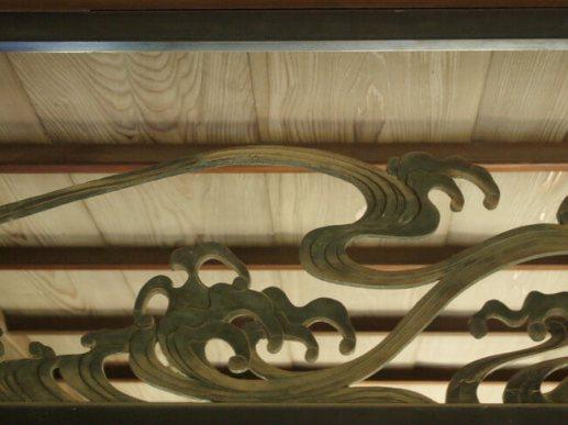 第一屋瀟湘の間・花鳥の間との境にある欄間彫刻(波)