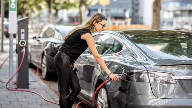 Электромобили и машины на ДВС к 2024 году сравняются по себестоимости
