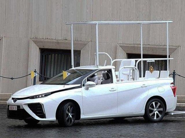 Личным автомобилем Папы Римского стал гибридный Toyota Mirai