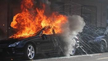 Электромобиль горит
