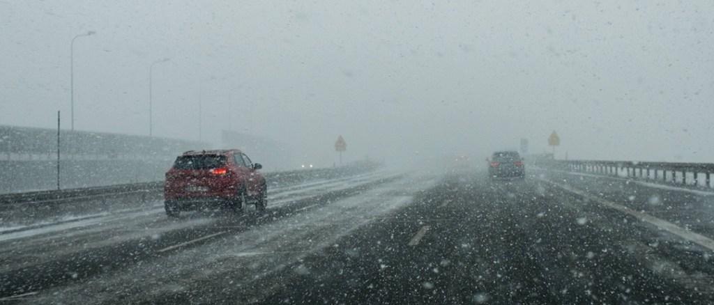 Utrudnienia na drogach w związku z opadami śniegu i oblodzeniem