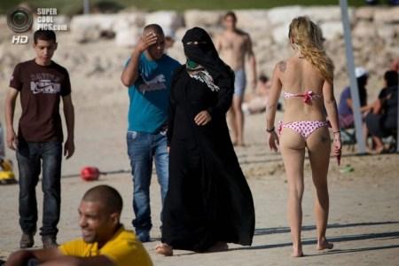 Muslim+women+on+the+beach+811-e1408408378179