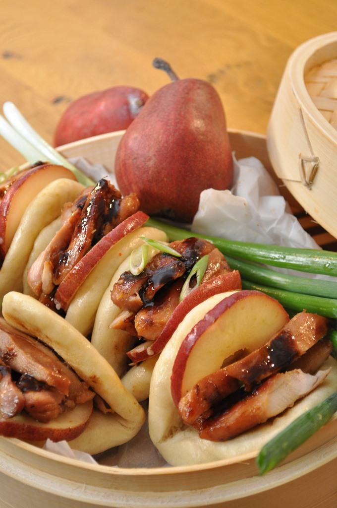 לחמניות באו סיניות עם חזה עוף צלוי בטעם אסיאתי ואגסי אנג'ו אדומים