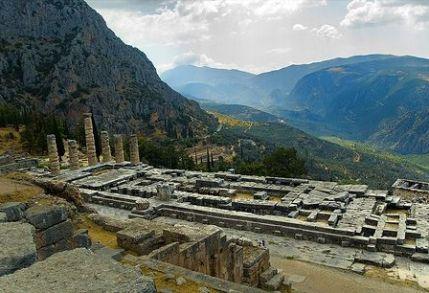 El oráculo de Delfos, dedicado al Dios Apolo fue uno de los mas importantes del mundo helénico