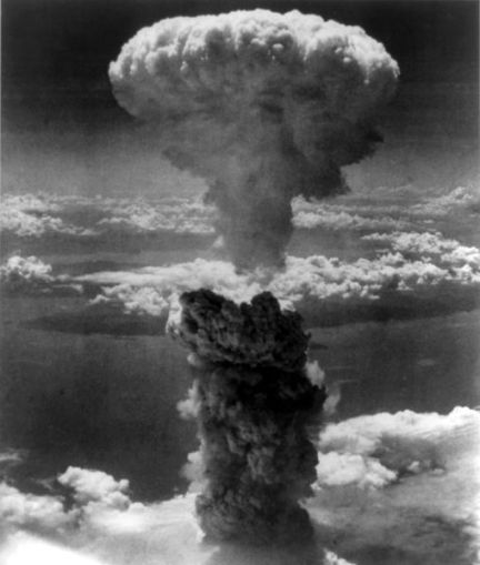 Imagen bien conocida, la onda expansiva provocada por la primer bomba atómica, arrojada sobre Hiroshima