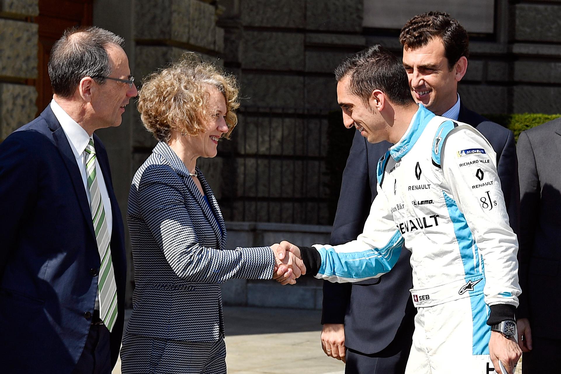 Corine Mauch schüttelt dem Schweizer Formel-E-Piloten Sébastien Buemi die Hand. (Keystone)