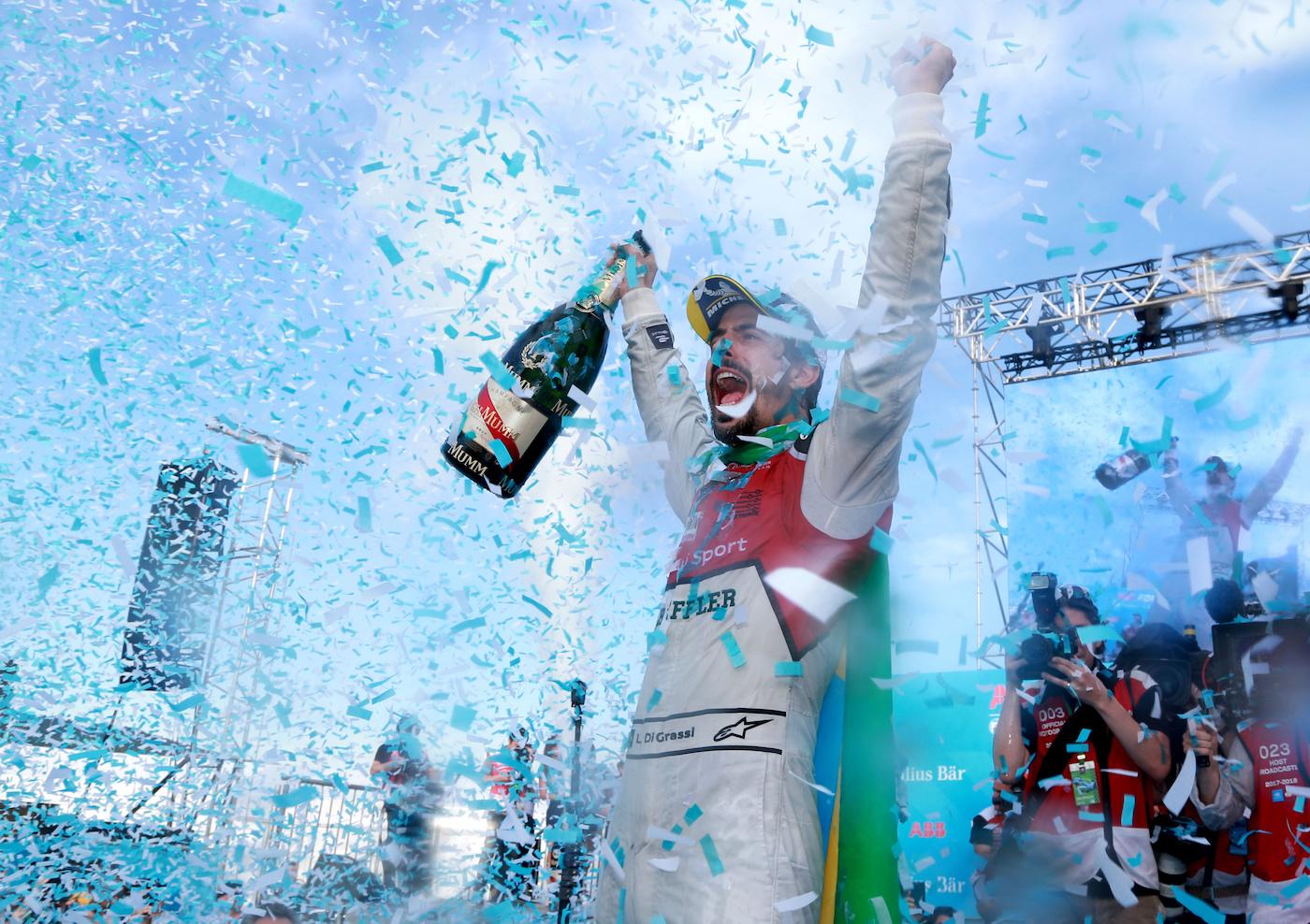 Lucas di Grassi auf dem Siegerpodest. (Audi Motorsport/Michael Kunkel)