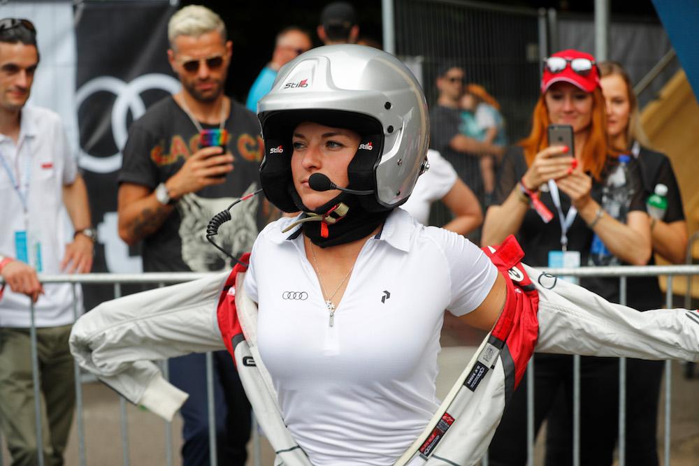 Lara Gut macht sich parat für die Rennstrecke. (Sven Thomann)