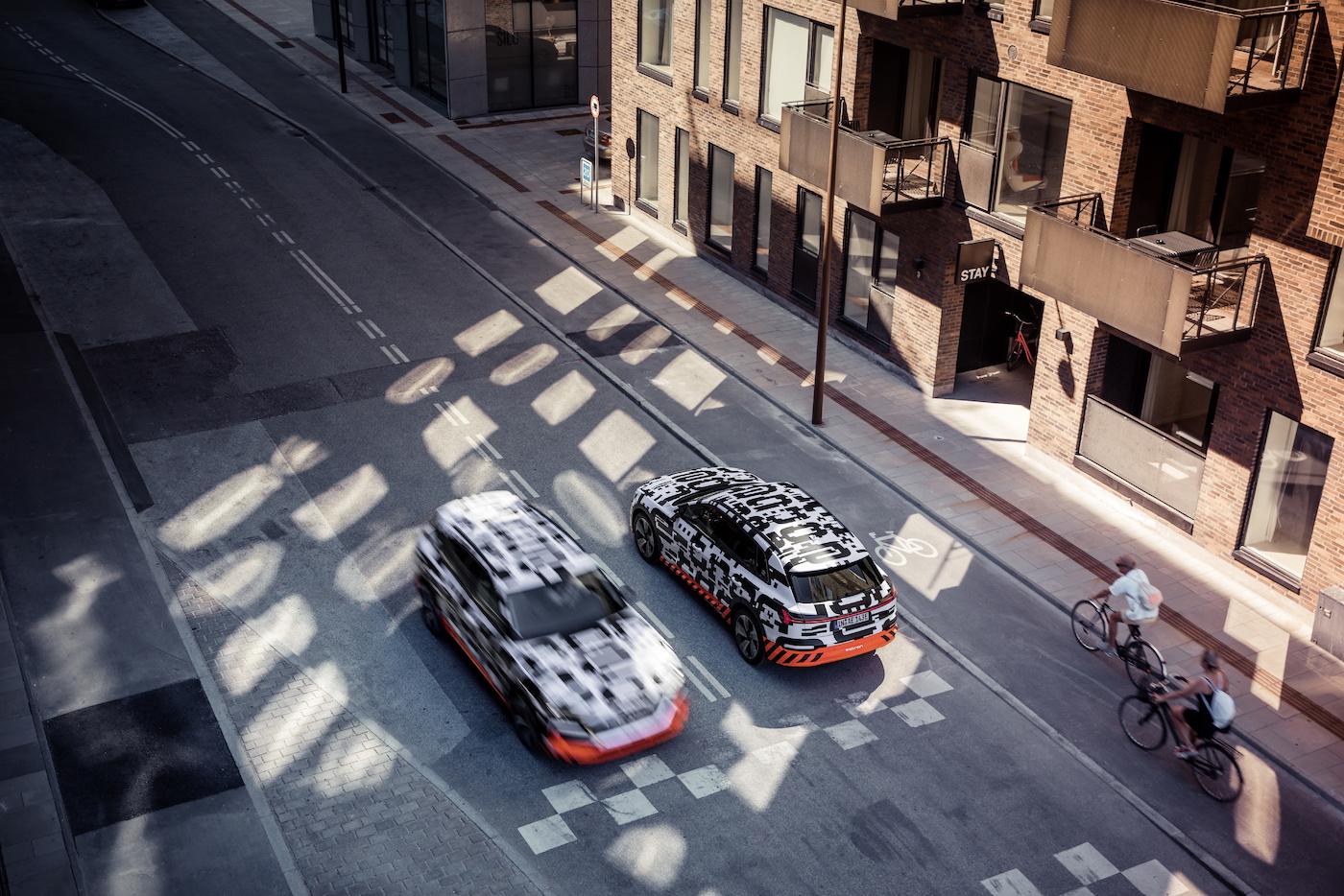 Zwei e-tron-Prototypen auf der Strasse in Kopenhagen. (Audi)