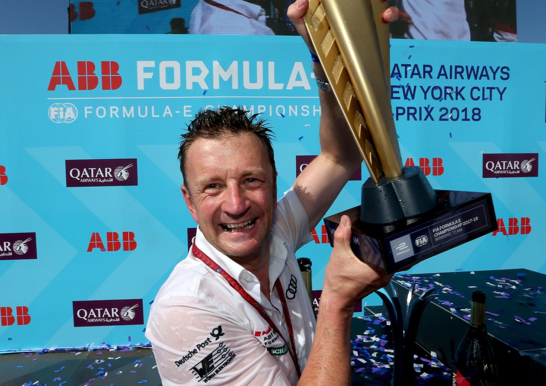 Allan McNish mit dem Team-Pokal. (Audi)