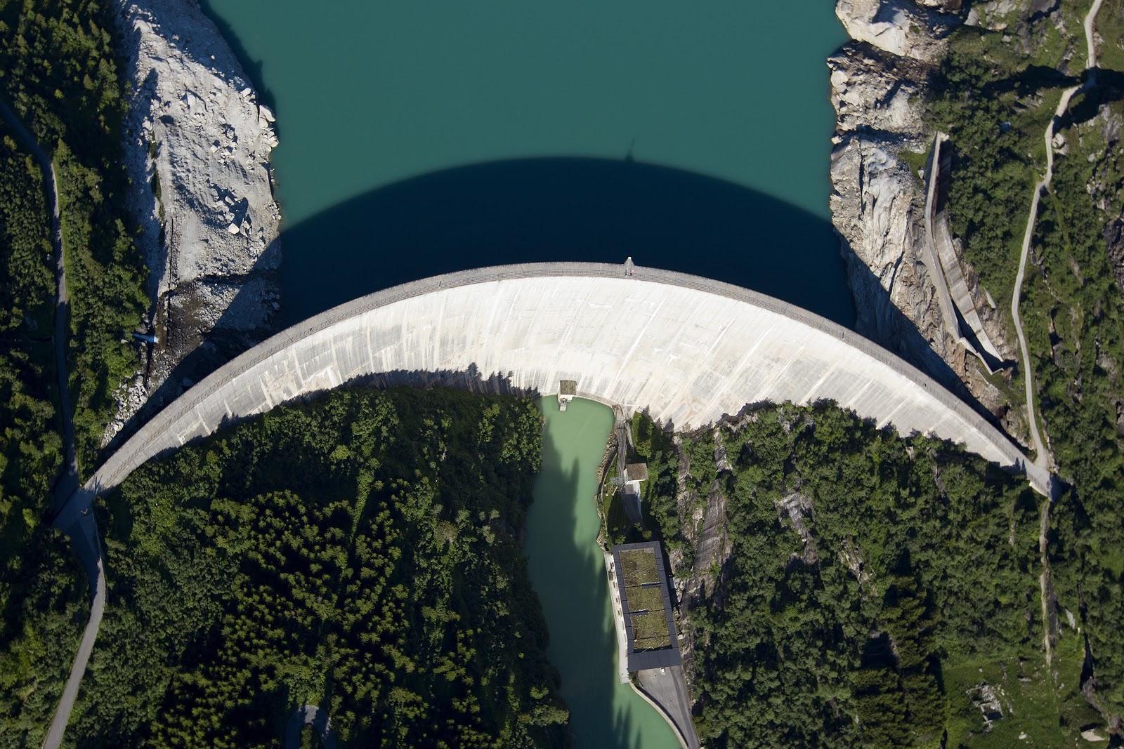 Wasserkraft treibt die Schweiz an – im Bild die Zervreila-Staumauer in Vals GR. (Keystone/Alessandro della Valle)