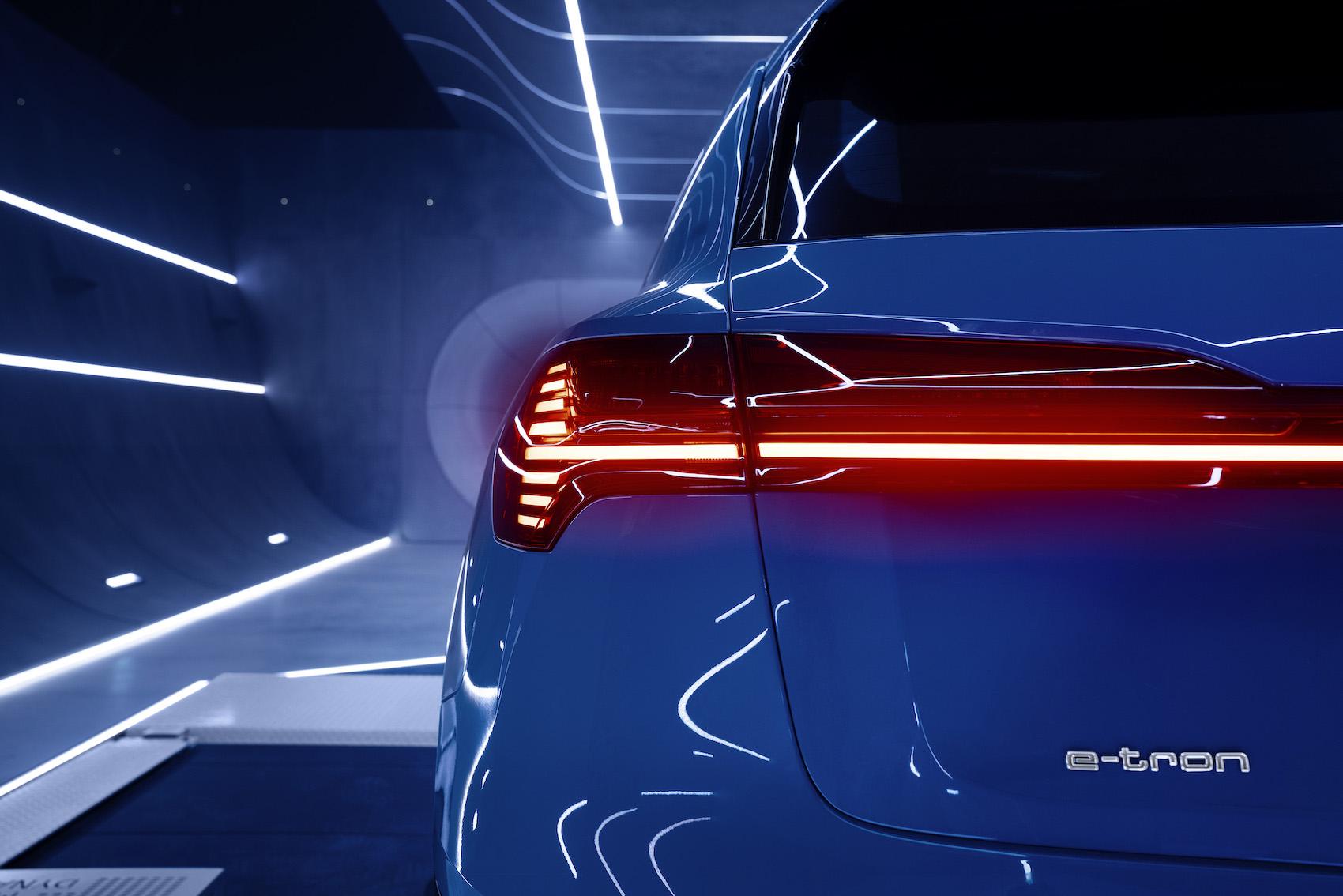 Der Audi e-tron kann beim Bremsen mehr als 70 Prozent der Antriebsleistung zurückgewinnen. So viel schafft kein anderes Serienmodell.