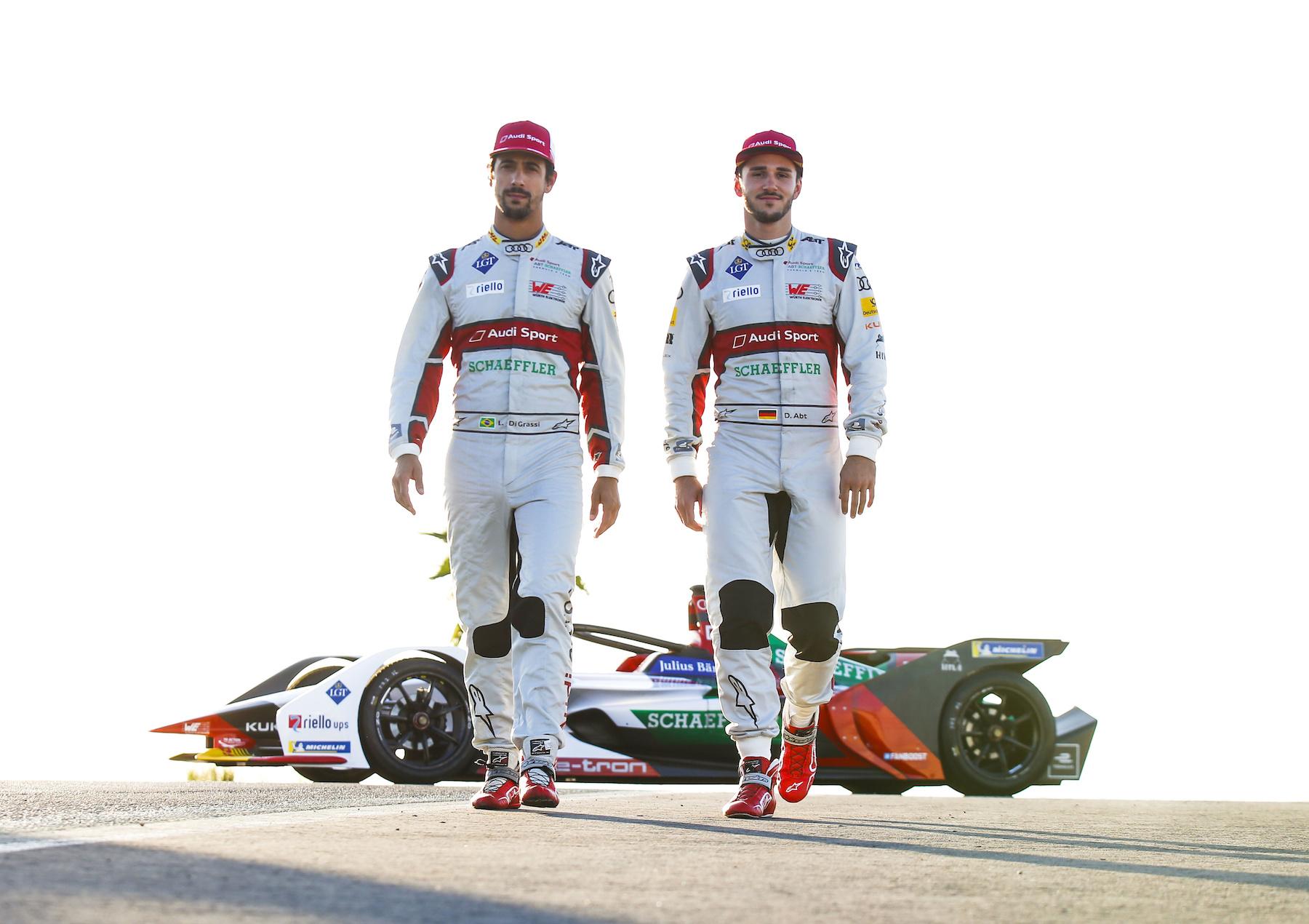 Lucas di Grassi (a sx) e Daniel Abt davanti all'Audi e-tron FE05. (AUDI)