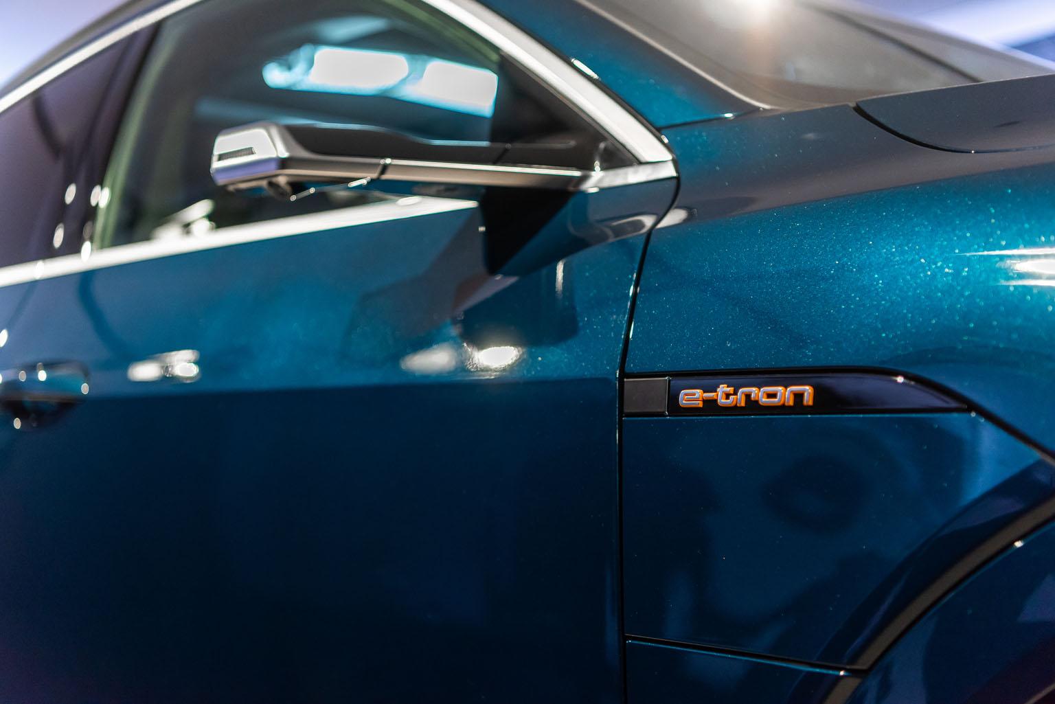 Les options les plus emblématiques de l'Audi e-tron: les rétroviseurs extérieurs virtuels et le double volet de recharge. (Tom Lüthi)