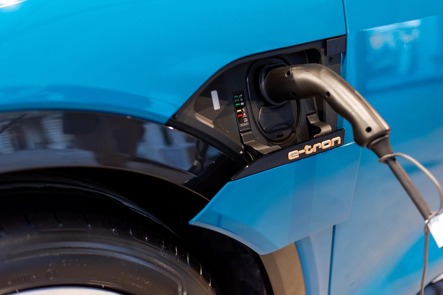 Sull'Audi e-tron questi sportellini di ricarica si richiudono come per magia. (Tom Lüthi)
