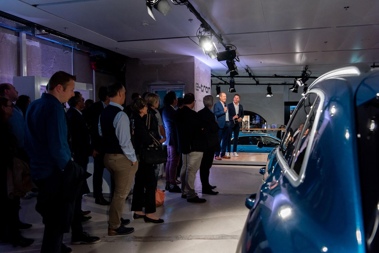 Jens van Eikels explique à Sven Epiney et au public zurichois les raffinements de l'Audi e-tron. (Tom Lüthi)