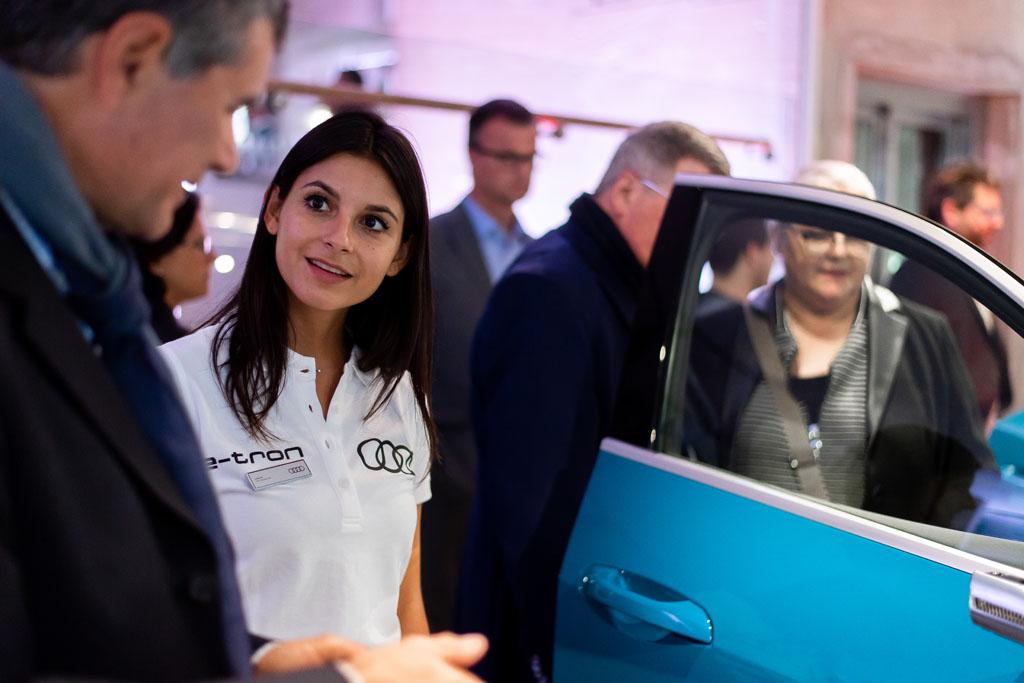Les experts d'Audi expliquent l'e-tron aux invités. (Tom Lüthi)
