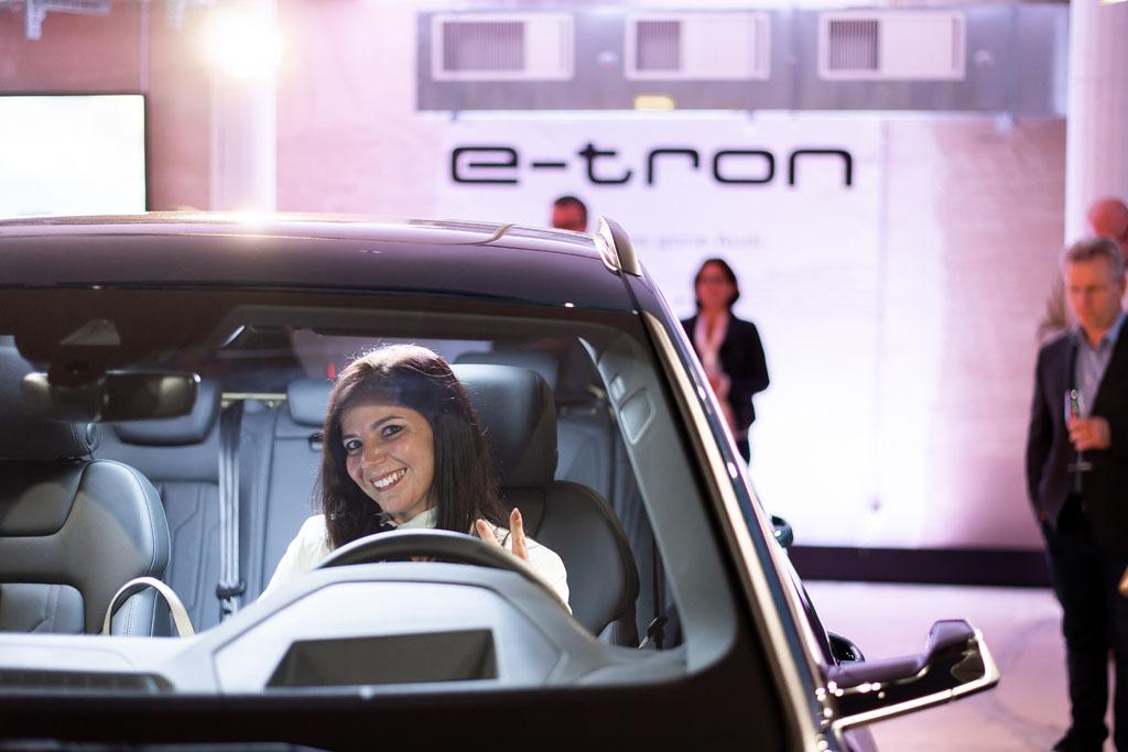Une invitée du Pop-up Store, au volant de l'Audi e-tron. (Tom Lüthi)
