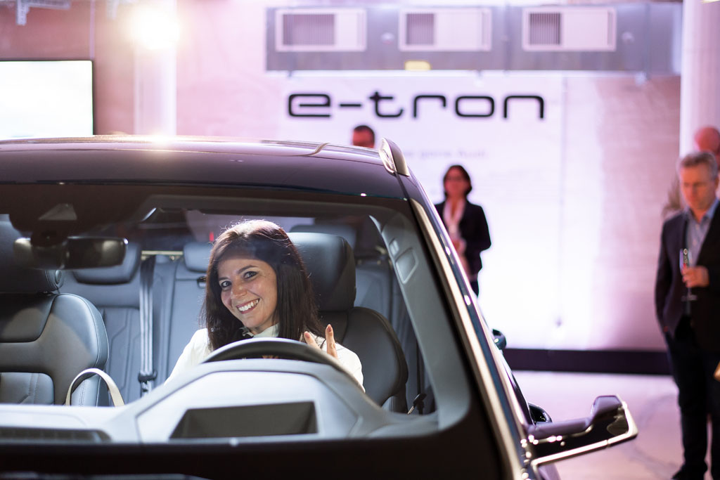 Une invitée du Pop-up Store, au volant de l'Audi e-tron. (Tom Lüthi)