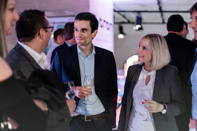Stephan Bachmann, client ayant réservé un e-tron, en compagnie du responsable marketing d'Audi, Livio Piatti, et de Franziska Schmidt, Digital Manager. (Tom Lüthi)