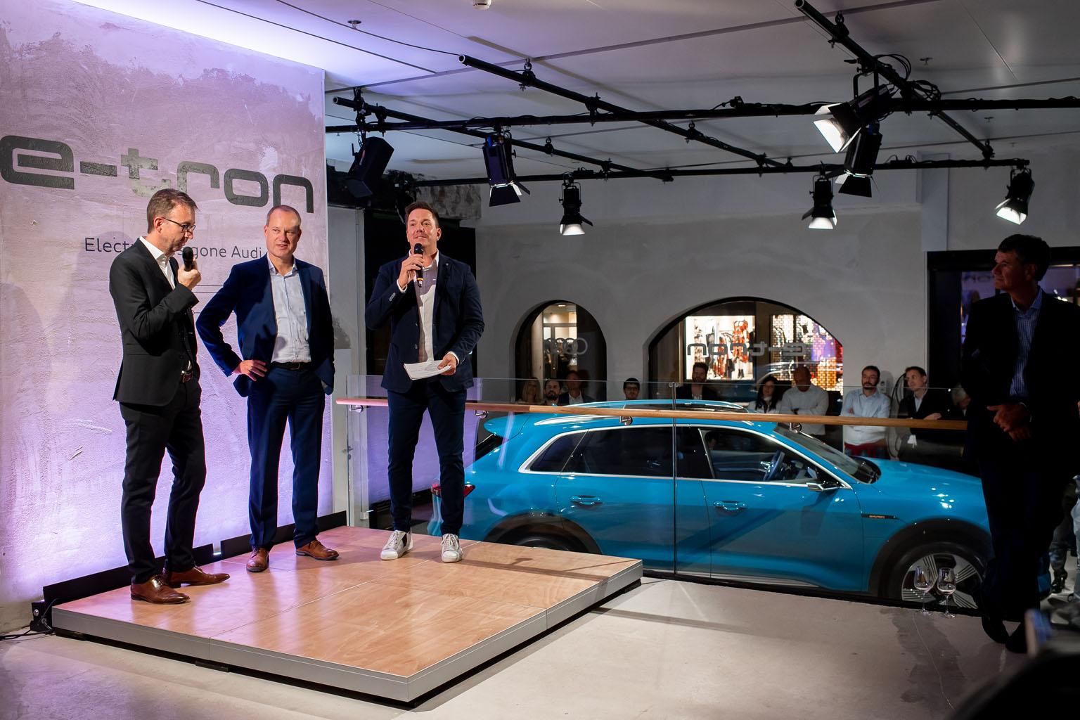 Dieter Jermann, capo del brand Audi in Svizzera, con Jens van Eikels, responsabile di Audi e-tron, e con il moderatore Sven Epiney (da sx). (Tom Lüthi)