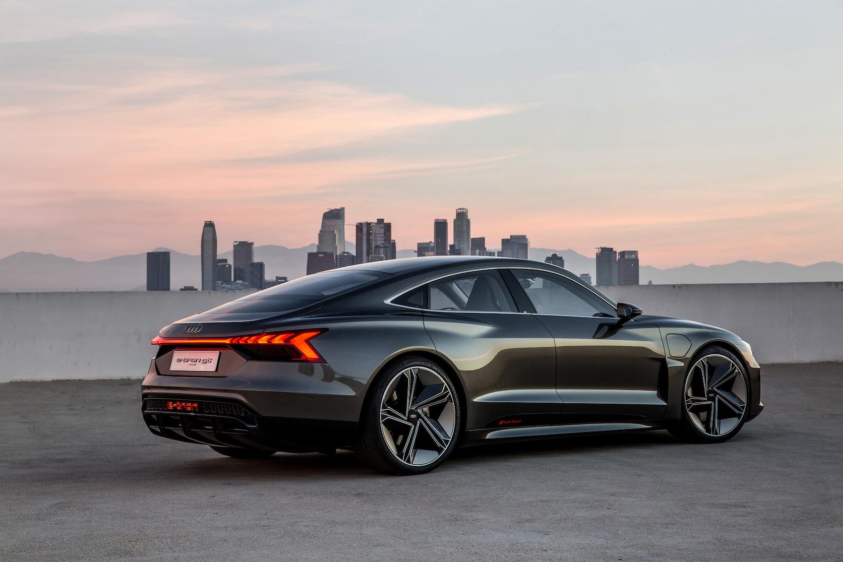 La bande lumineuse à l'arrière le montre sans conteste: il s'agit bien ici d'une voiture de la série e-tron. (Audi)