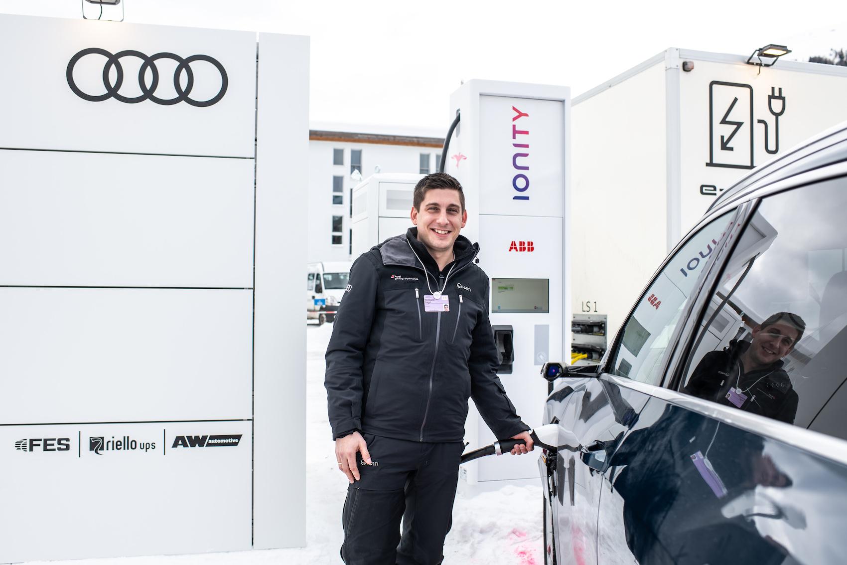 Démonstration de Willibald Hagn, Driving Experience Manager: la recharge est un jeu d'enfants. (Photo: Adrian Bretscher.)