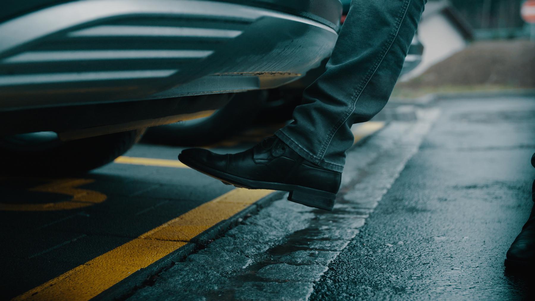 Il portellone posteriore dell'Audi e-tron può essere aperto con un piede grazie al sensore Virtual Pedal.