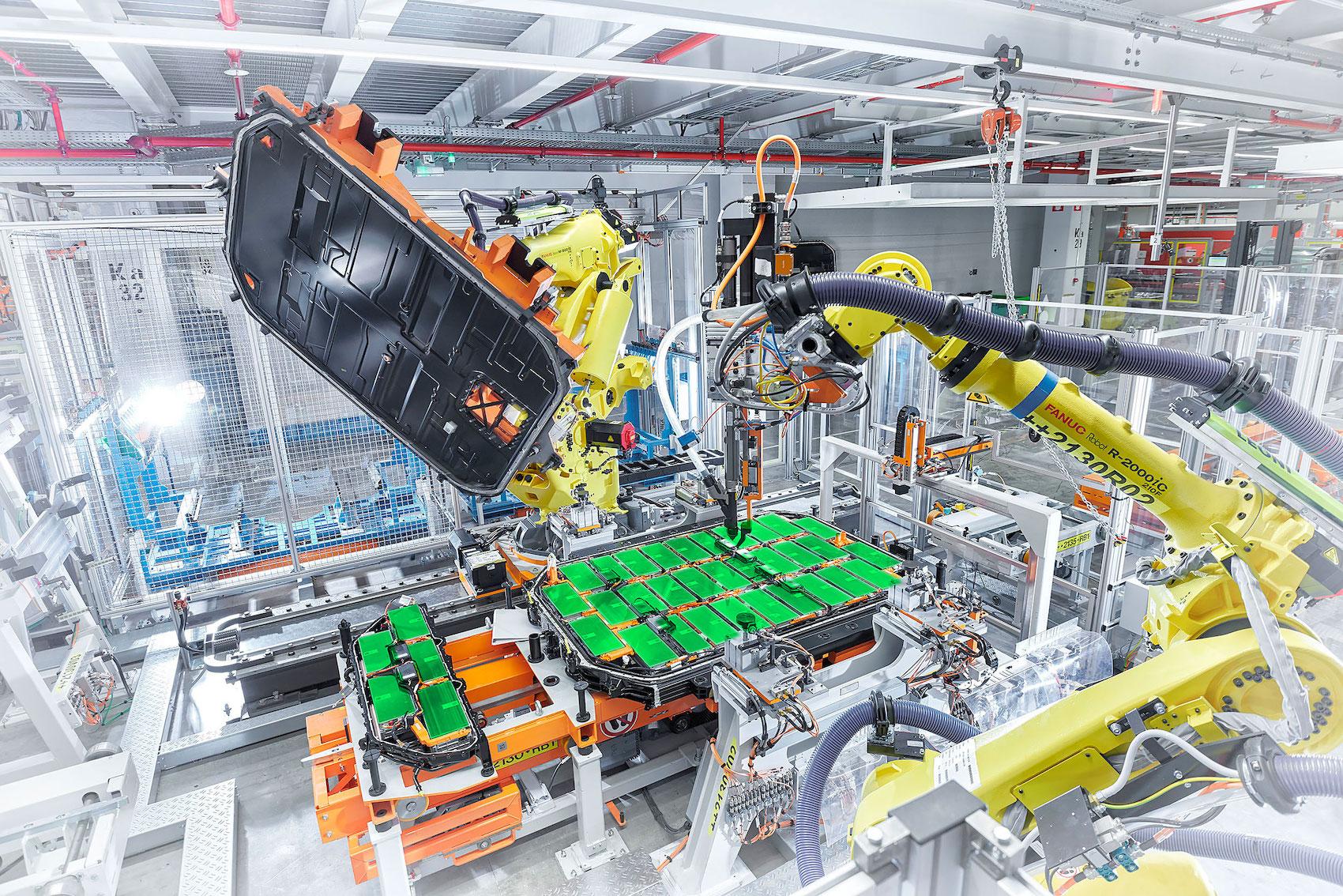 Assemblaggio delle celle di una batteria nello stabilimento AUDI di Bruxelles. (AUDI/Post-produzione: Brand Studio)