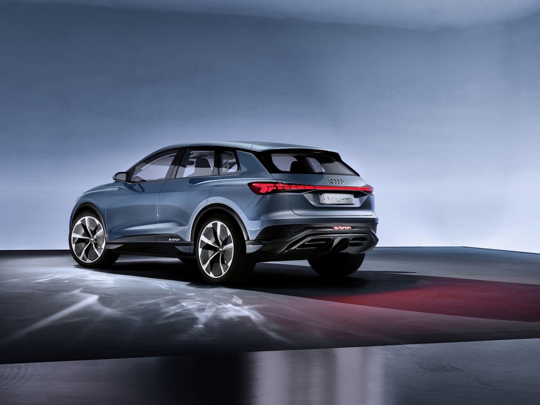 L'Audi Q4 e-tron concept è dotato di un motore elettrico per ogni asse. (AUDI)