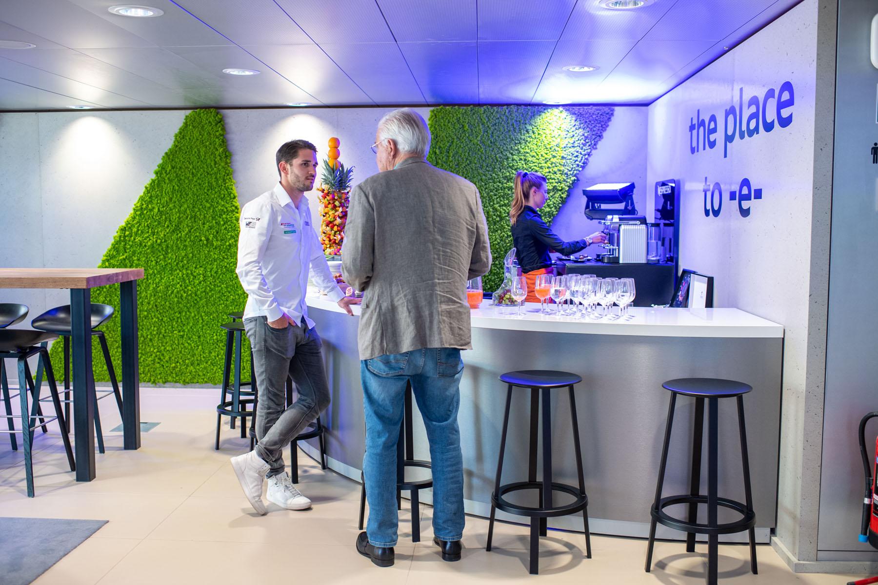 Daniel Abt, pilote de Formule E (à gauche), reprend des forces au bar à café. (Tom Lüthi)