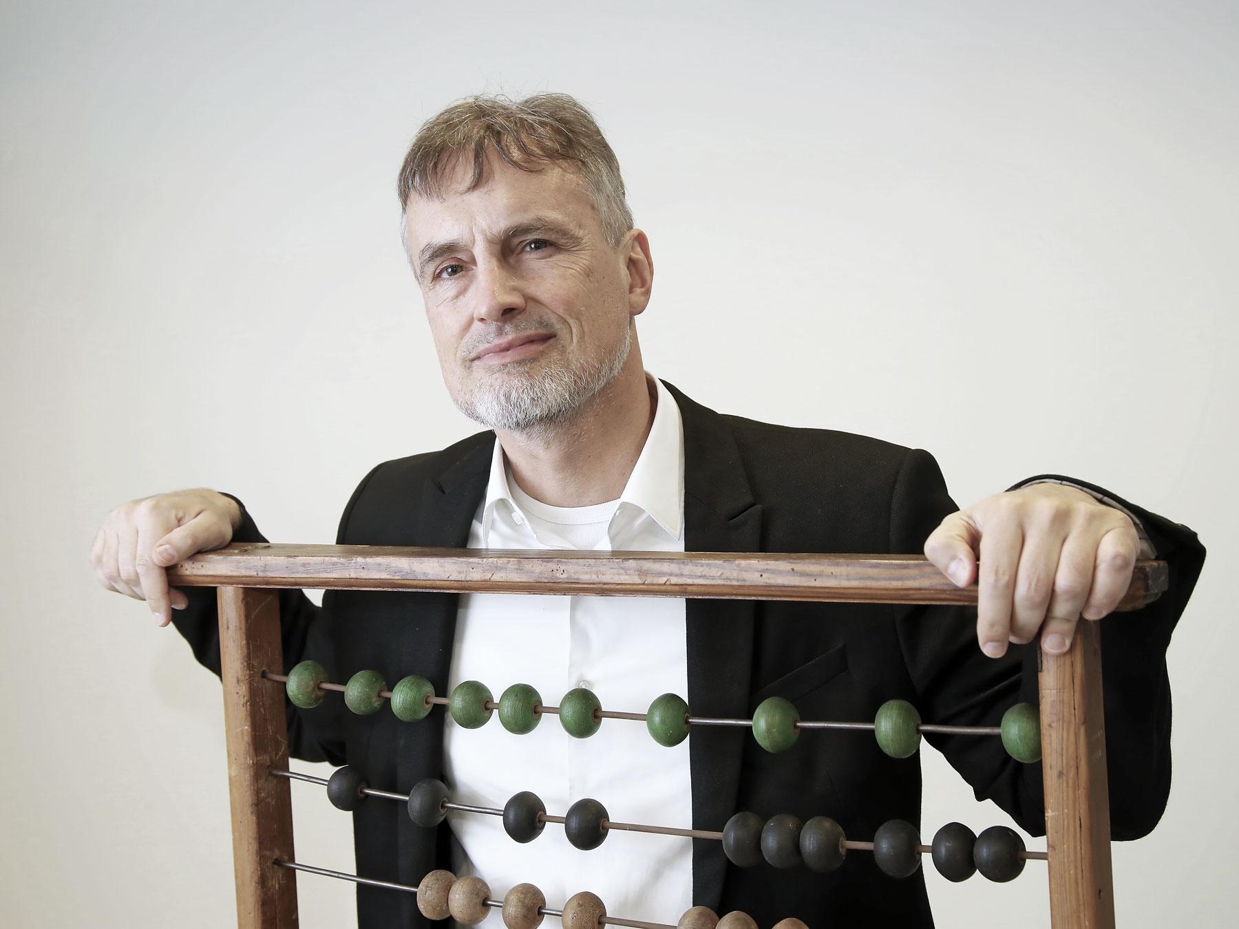 : Il veut même apprendre l'humour et l'amour aux ordinateurs: Jürgen Schmidhuber avec un boulier à Manno (TI).