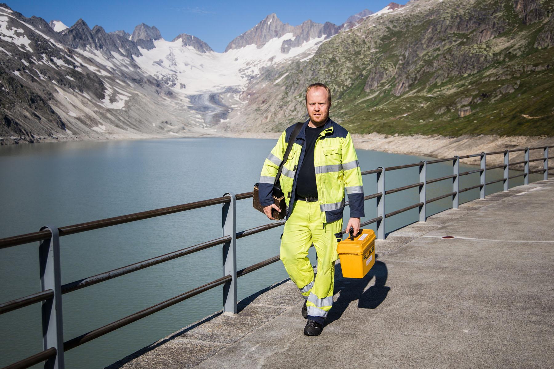 Andi Schläppi lors de sa tournée de contrôle sur le barrage du lac de l'Oberaar.