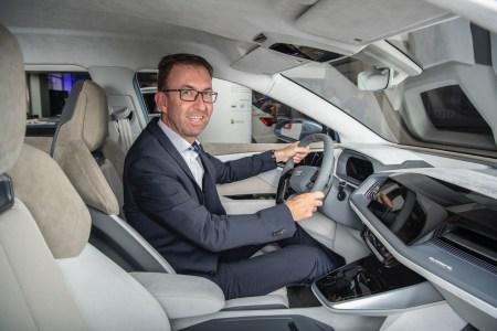 Dieter Jermann im vollelektrischen Audi Q4 e-tron, der 2021 auf den Markt kommt.
