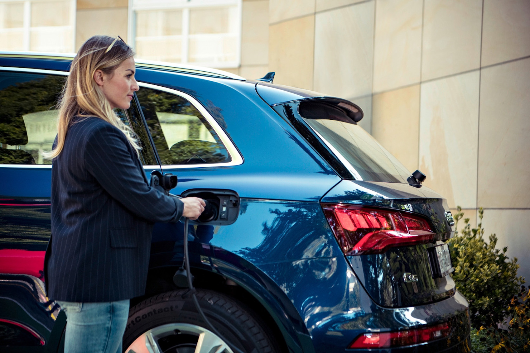 Energie tanken – fürs Fahrzeug ebenso unerlässlich wie für die Skirennfahrerin.
