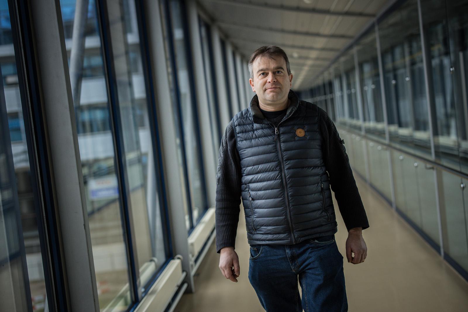 Il produttore di latte Roland Aregger è diventato un professionista dell'energia eolica.