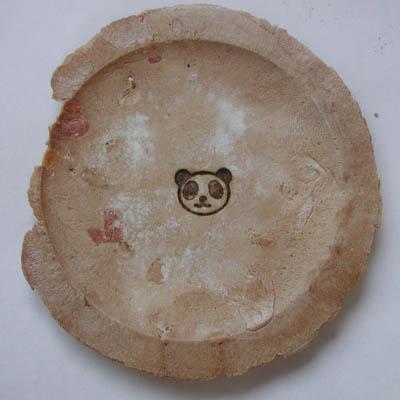 煎餅の裏にパンダ焼印を押す