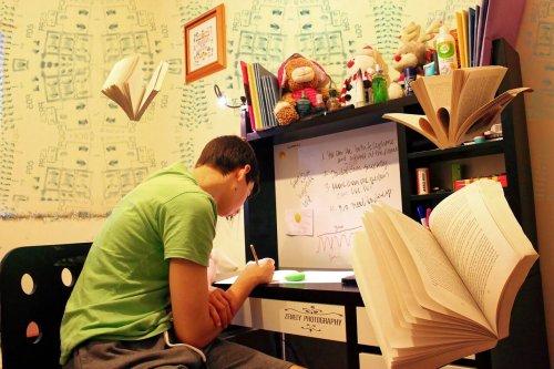 家で勉強している男性