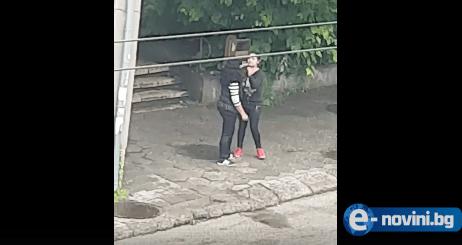 Суровата българска действителност! Дъщеря преби майка си посред бял ден на улицата! (БРУТАЛНО ВИДЕО)
